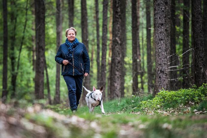 Heidi de Graaf met haar bullterriër Sparky in het bos in Rozendaal.