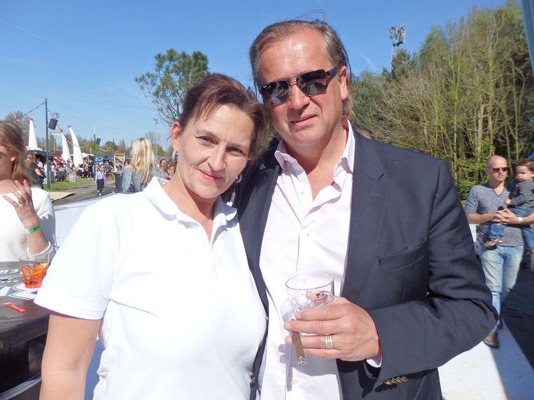 Kermisexploitant Frans Stuy, hier met zijn vrouw Daniëlle, gaat binnenkort op audiëntie bij de paus. Is hij zo'n katholieke jongen? 'Misschien straks weer wel.' Beeld Schuim