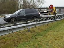 Auto knalt tegen vangrail op A18 bij Westendorp