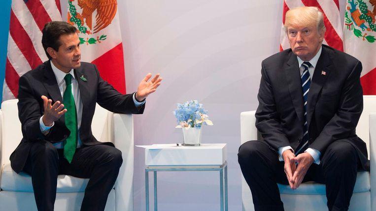 Donald Trump in gesprek met de Mexicaanse President Enrique Pena Nieto tijdens de G20-top in Hamburg op 7 juli. Beeld afp