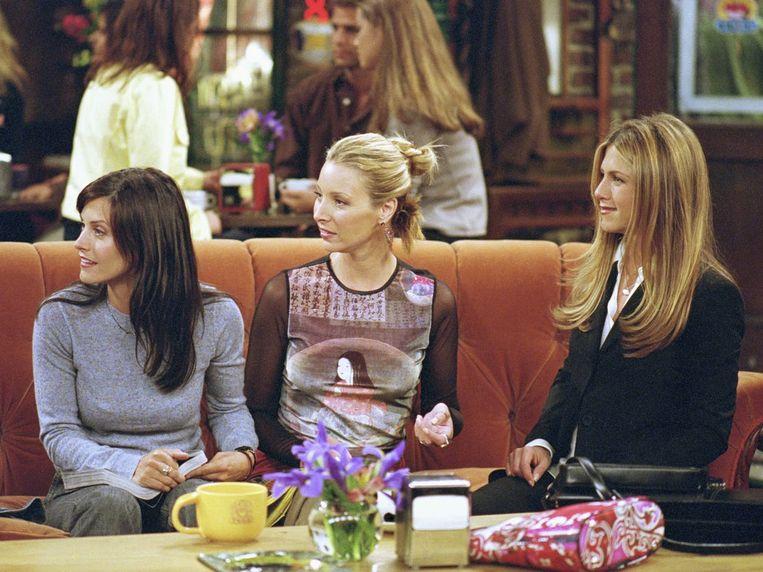 Courtney Cox (Monica), Lisa Kudrow (Phoebe) en Jennifer Aniston (Rachel) in de serie Friends.  Beeld