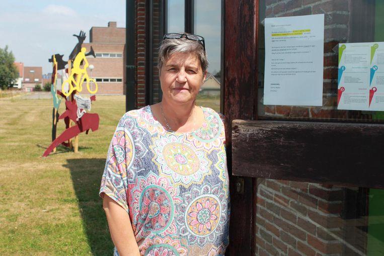 Directrice Conny Wallyn aan een voordeur met haar brief aan de inbrekers.