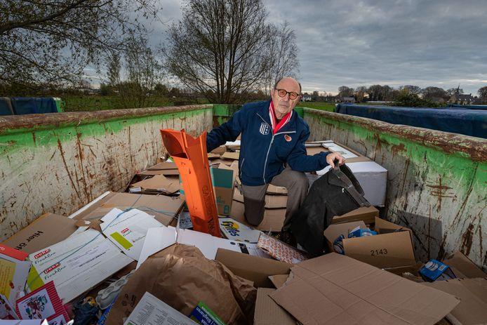 Voetbalvereniging IJVV stopt eind december met het inzamelen van oudpapier. Herman Wezenberg met een bladblazer die onlangs in de container werd gevonden.