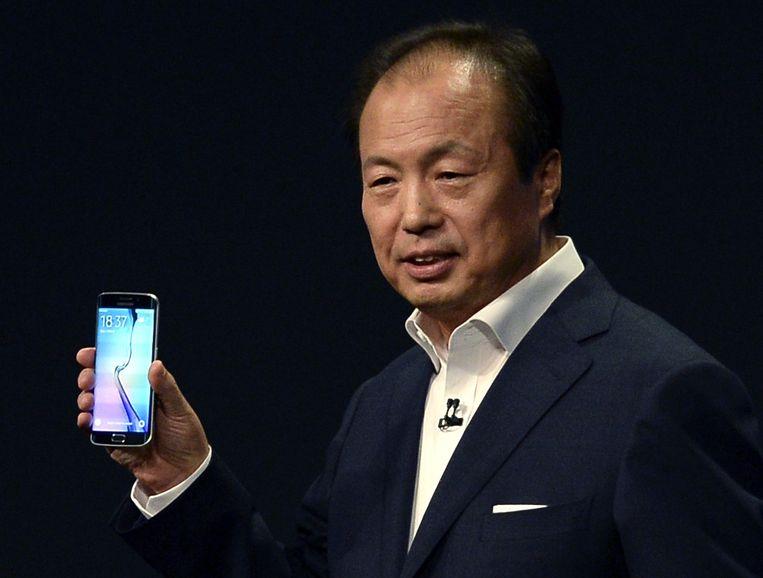 Topman JK Shin met het nieuwe paradepaardje van Samsung. Beeld ap