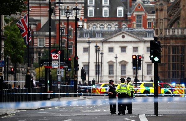 Man rijdt in op blokkade bij Brits parlement; meerdere gewonden