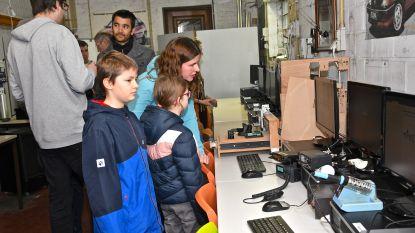 Makerspace in garage van de gemeentelijke basisschool, samenkomen om wat te maken, te innoveren, te inspireren, kennis te delen en van elkaar te leren