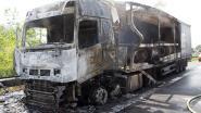 Truckerzonderkleerscheurenuitbrandendevrachtwagen