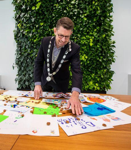 Burgemeester laat Westlandse tekeningen bij Sint bezorgen: 'Hopelijk krijg ik dan wel iets in mijn schoen'