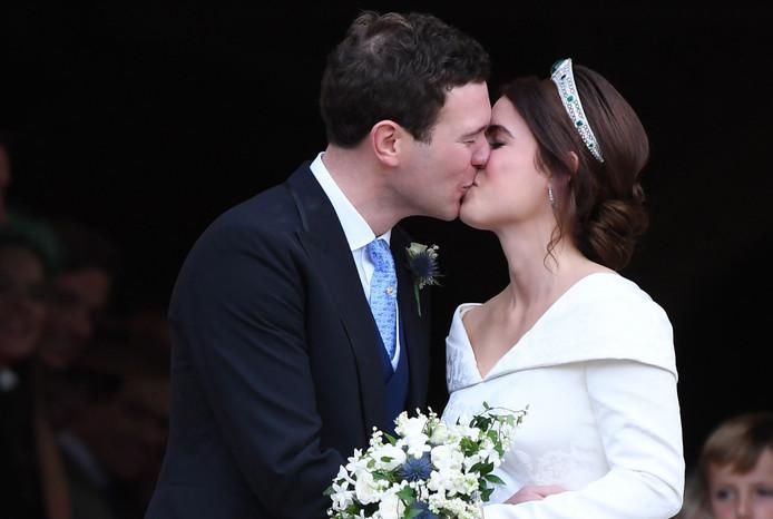 Het paar bezegelde het huwelijk met een kus.
