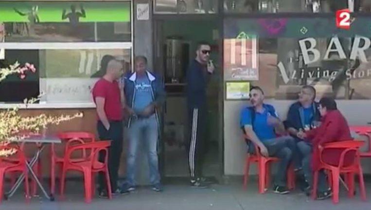 Een typisch café in een buitenwijk van Parijs. Waar zijn de vrouwen?