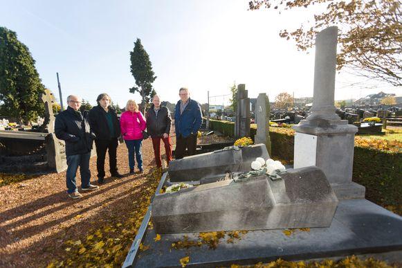 Leden van heemkring Bilisium aan het historisch graf op het kerkhof van Bilzen dat het in concessie heeft.