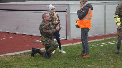 Soldaat vraagt vriendin ten huwelijk na redding door Sea King