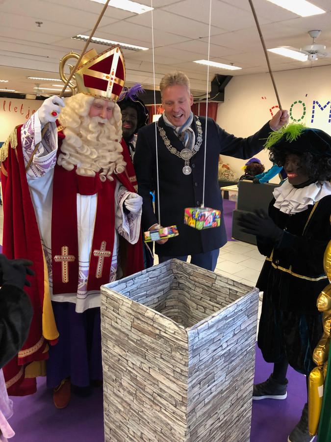 Burgemeester Mark Buijs vist samen met Sinterklaas cadeautjes op.