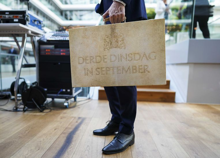 Minister Wopke Hoekstra op Prinsjesdag met het koffertje met de miljoenennota op het ministerie van Financien.  Beeld ANP