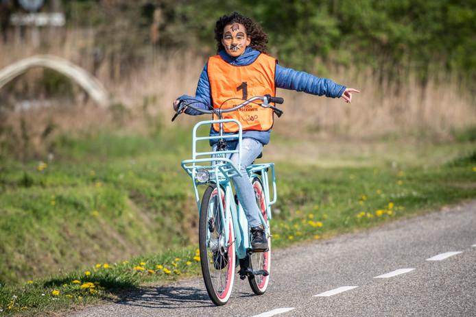 Fem Schakelaar (12), leerling van 't Getij, legt het verkeersexamen af.