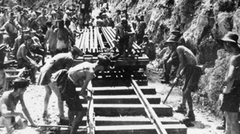 Dwangarbeiders aan het werk aan de Birma-spoorlijn. 'Mijn vader overleefde de dwangarbeid maar net.' Beeld .