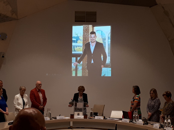 Burgemeester Anneke Raven spreekt een in memoriam uit voor de overleden wethouder Dennis op den Dries.