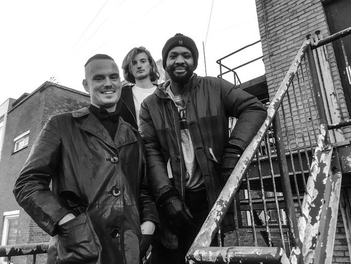 Jordy Dijkshoorn (links), John van Beek en Giorgi Kuiper (rechts) vormen samen de Rottrerdamse hiphopgroep De Likt.