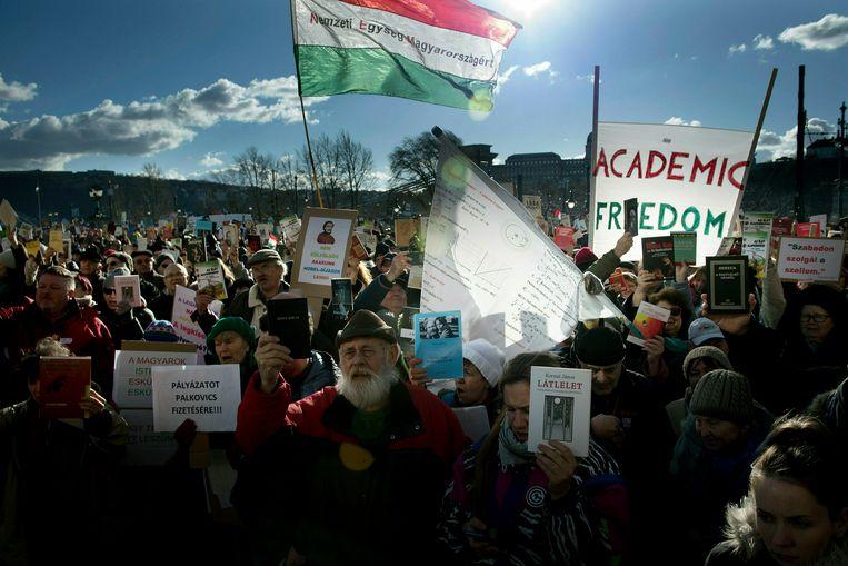 Protest in Boedapest tegen de regering-Orbán. Die wil de Hongaarse Academie van Wetenschappen reorganiseren en meer controle uitoefenen over de financiering van wetenschappelijk onderzoek. Wetenschappers vrezen de inperking van de academische vrijheid. Beeld AP