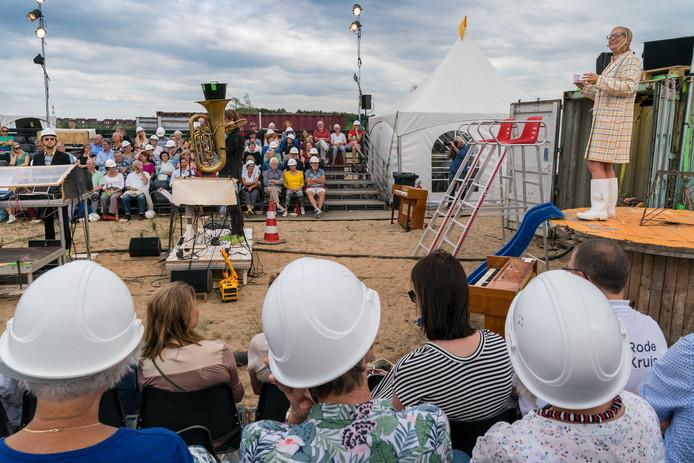 In De Groote Wielen in Rosmalen legt het Leids muziektheatergezelschap De Veenfabriek deze week de eerste steen van een nieuwe beschaving: Nieuw-Atlantis. Bezoekers konden desgewenst een bouwhelm opzetten.