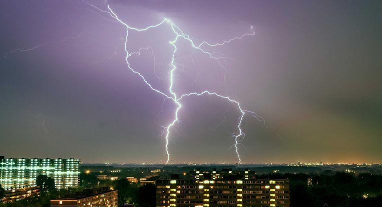 Onweer en bliksem boven Vlaardingen. In grote delen van het land hebben heftige buien overlast veroorzaakt.  Beeld ANP