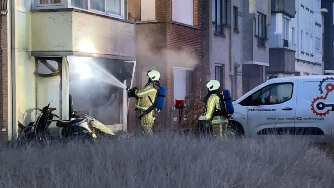 Zware brand vernielt appartement in Wenduine: twee bewoners met brandwonden afgevoerd naar ziekenhuis