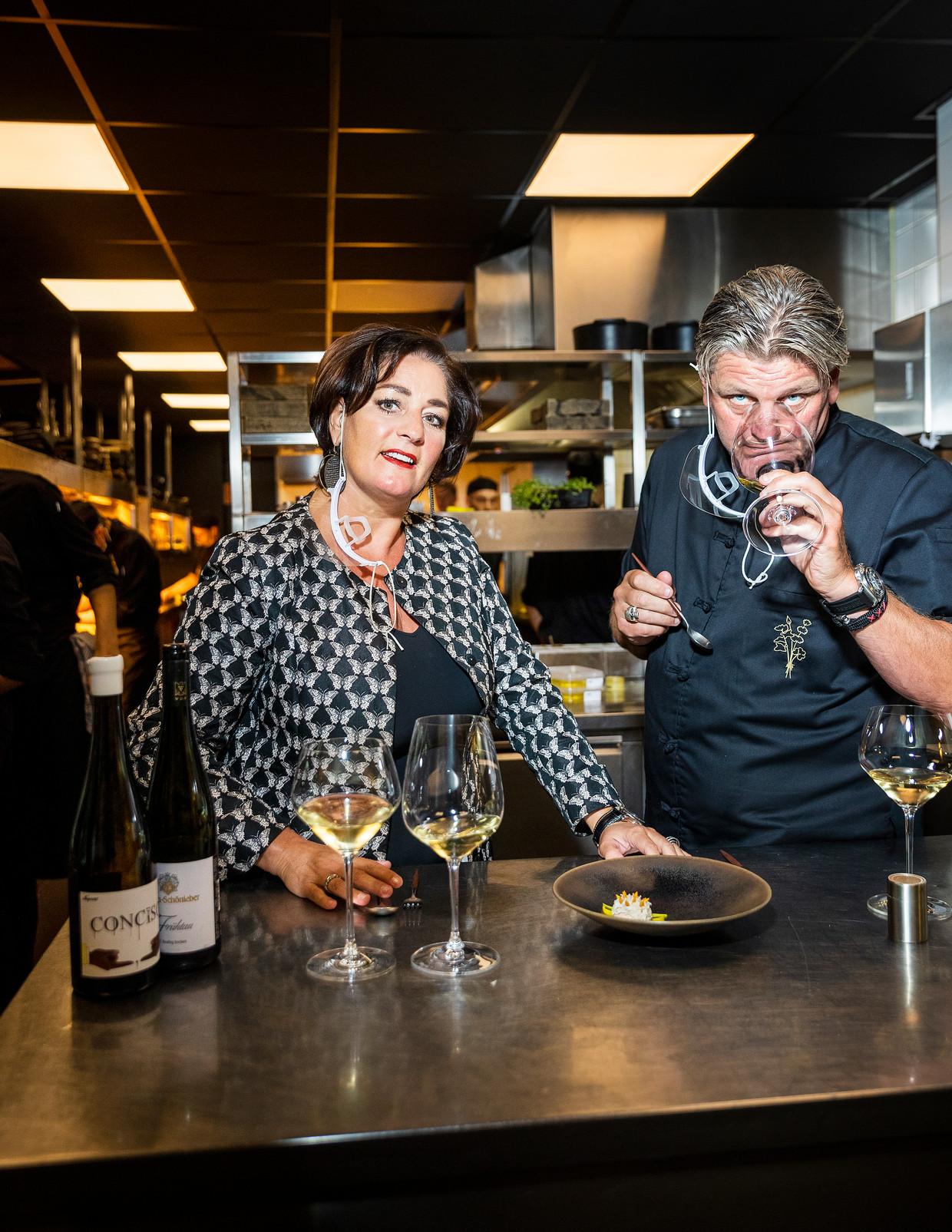 Thérèse en Jonnie Boer in de keuken van De Librije in Zwolle. Beeld Jiri Büller