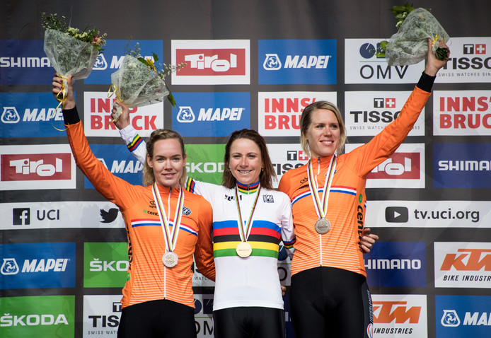 Annemiek van Vleuten ,  Anna van der Breggen en Ellen van Dijk  met hun medailles.