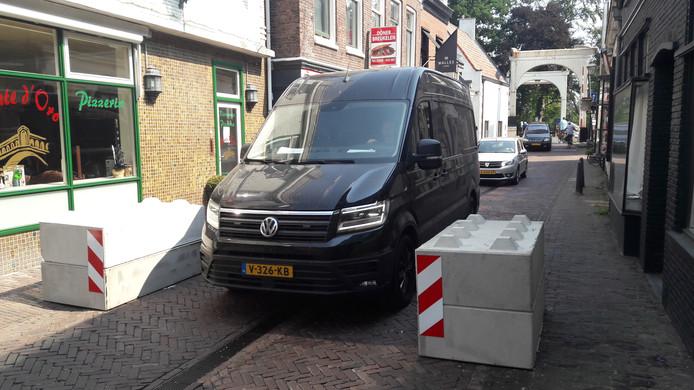 Proef met versmalling van de Brugstraat in Breukelen door middel van betonnen blokken.