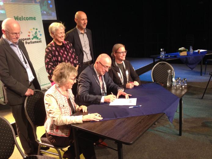 Burgemeester Pierre Bos, zijn Gemertse collega Anke van Extel en Leidy van der Aalst van de landelijke Vereniging van Kleine Kernen plaatsen de allerlaatste handtekeningen.