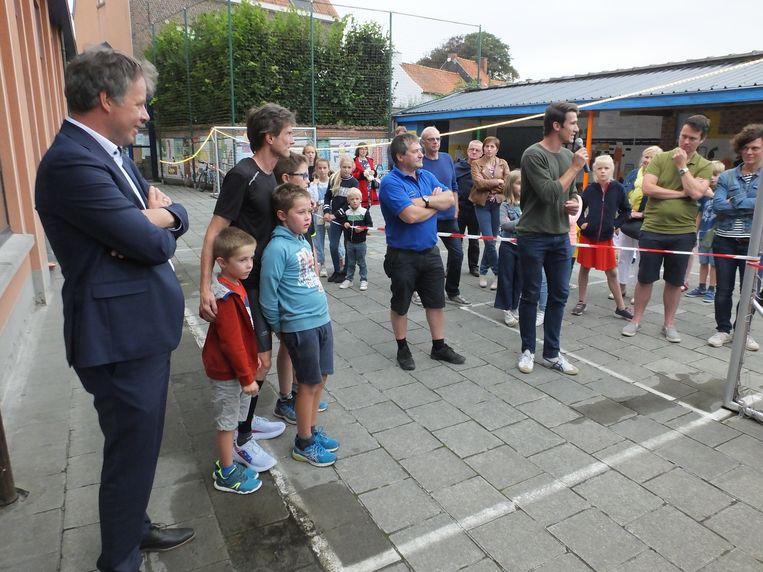 Joris Beaumon kreeg net voor de start nog knuffels van zijn zonen. Ook burgemeester Jan Vermeulen en tienkamper Thomas Van der Plaetsen kwamen hem aanmoedigen.