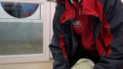 Stagiaire Jamie dol op aangespoelde zeehond