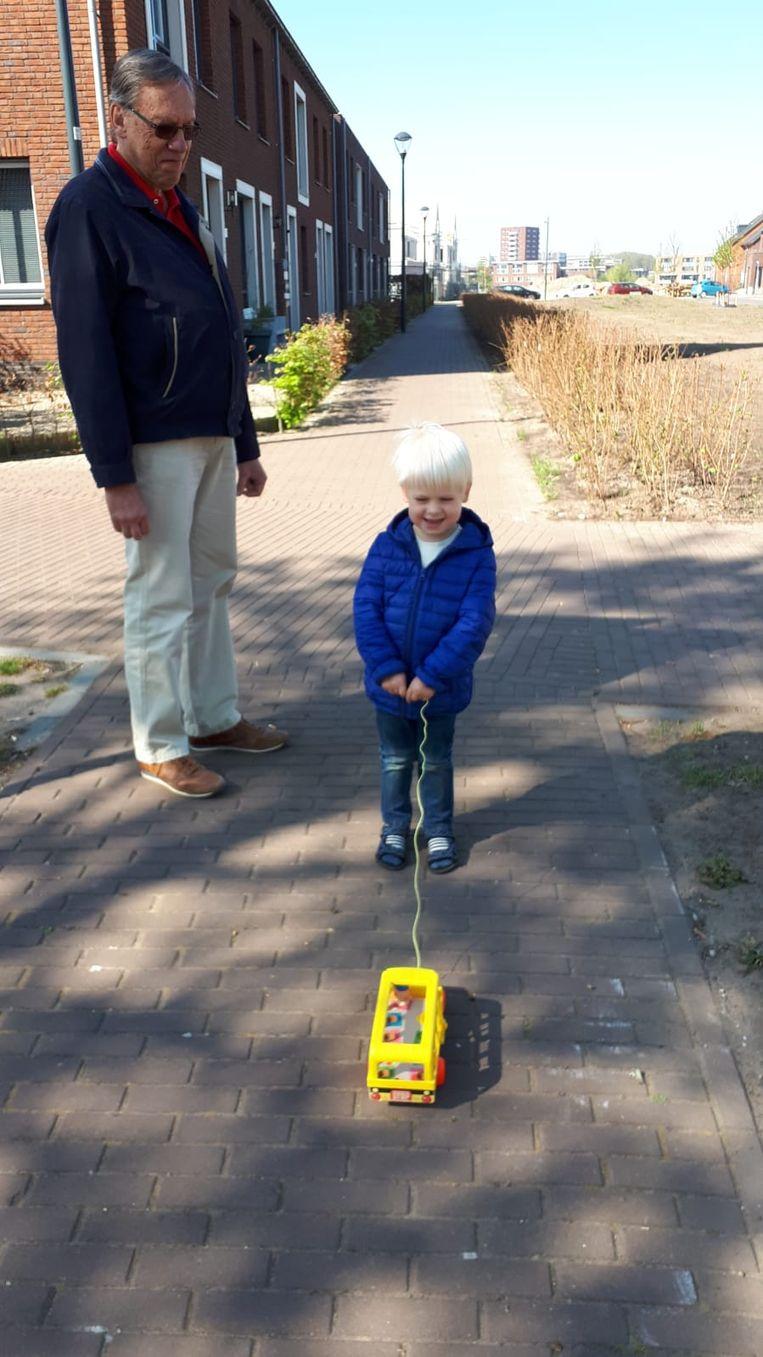 Piet van Gurp met zijn kleinzoon Abel. Beeld Eigen archief