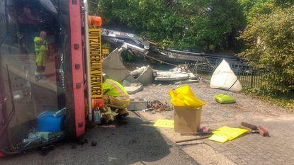 Vrachtwagen kantelt en verwoest tuinmuur