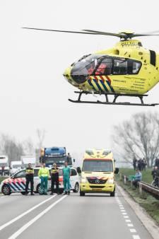 Traumahelikopter landt midden op N348 voor gewonde man in Brummen