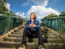 Zwolse singer-songwriter Bertolf zet zijn doodsangsten om in muziek