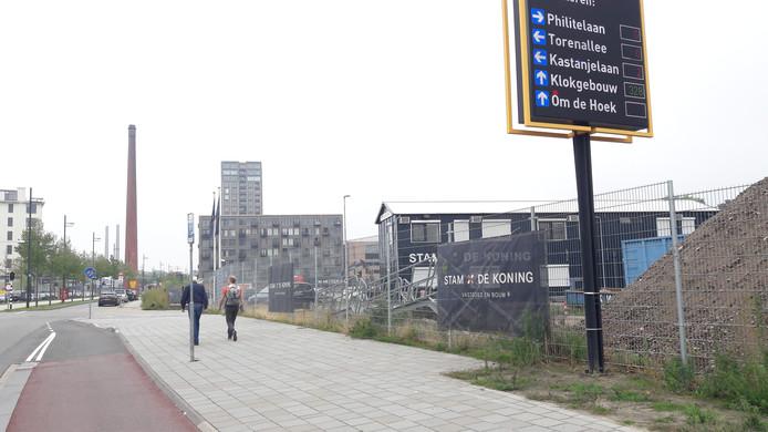 Het terrein tussen Philitelaan en spoor op Strijp-S in Eindhoven waar gebouw NEXT en de torens S1 en S2 gebouwd worden de komende jaren. Hier is bouldergym Monk net gesloopt. Ook is de grond gesaneerd.