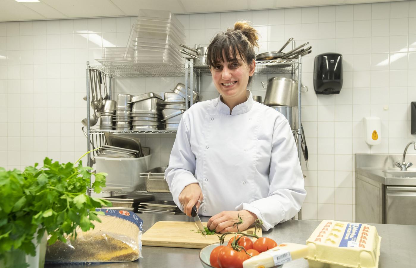 Golsa Amigh is 28 jaar, uit Iran, sinds 8 jaar in Enschede.Heeft sinds kort restaurant in Metropool geopend.