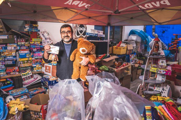 Yuksel Kalaz zamelde een veranda vol speelgoed in