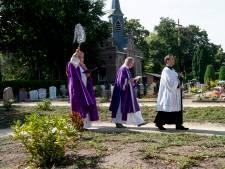 Pastoor Cornelissen wijdt nieuwe urnentuin in Deventer in