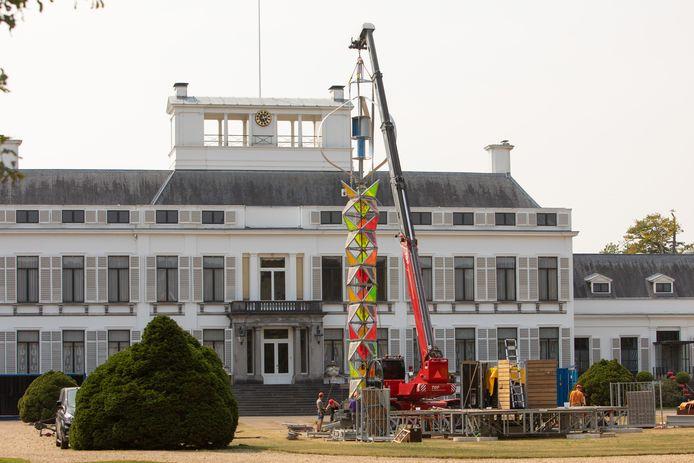 De kleurrijke toren verrees de afgelopen dagen in de voortuin van Paleis Soestdijk.
