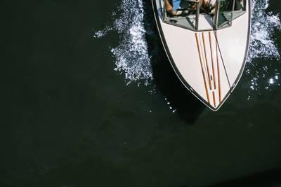 Speedboot slaat om op Rijn bij Kleef, man uit water gered