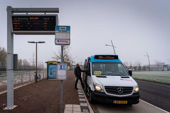 Buurtbus 556 bij het station in Elst.
