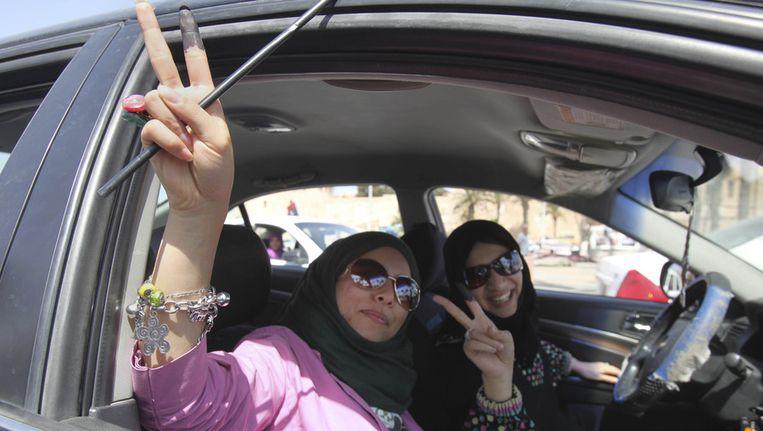 Libische vrouwen laten hun met inkt gemarkeerde vingers zien. Iedereen die stemt moet zijn vinger in een pot inkt dopen, om te voorkomen dat ze twee keer stemmen. Beeld ap