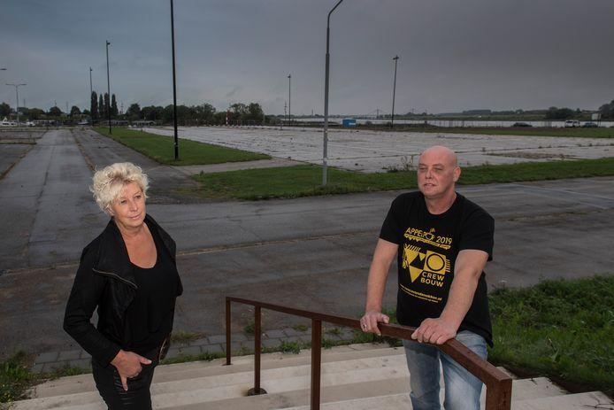 Carla Verbrugge (links) en Spike Wit moet het vanwege coronavirus dit jaar zonder Appelpop doen. De Waalkade blijft leeg.