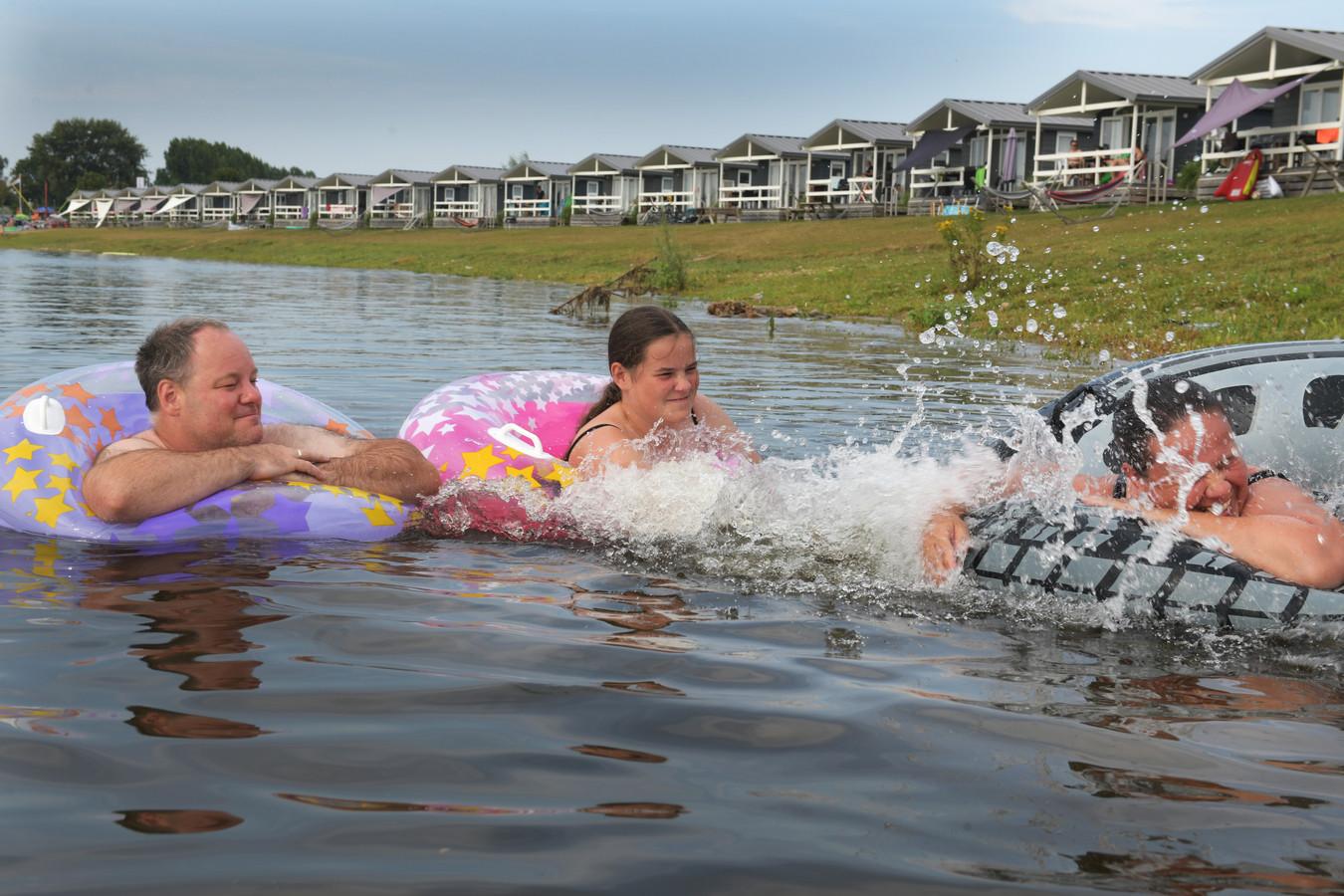 Zwemmen bij het Eiland van Maurik, op archiefbeeld.