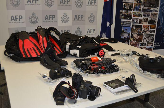 De agenten namen voor duizenden euro's foto- en duikmateriaal in beslag bij de blogger.