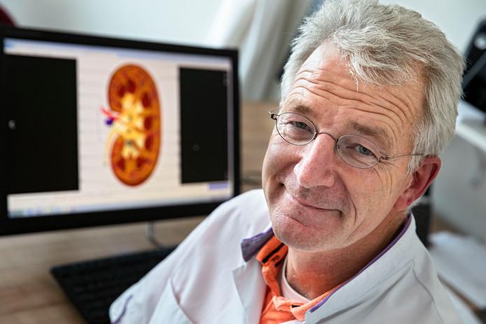 Oncoloog-internist Wouter Dercksen met op zijn beeldscherm een afbeelding van een nier.
