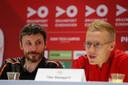 Trainer Mark van Bommel en verdediger Timo Baumgartl tijdens de persconferentie.