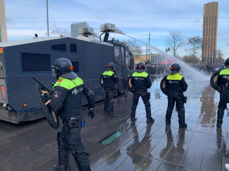 Vuurwerk, stenen, waterkanon en traangas: demonstratie in Eindhoven loopt uit de hand